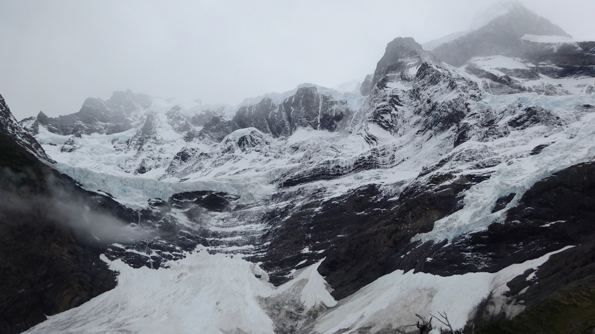 Glacier del Frances just before the clouds spilled over into the valley